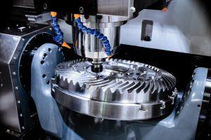 Máquina fresadora CNC produzindo uma grande roda dentada