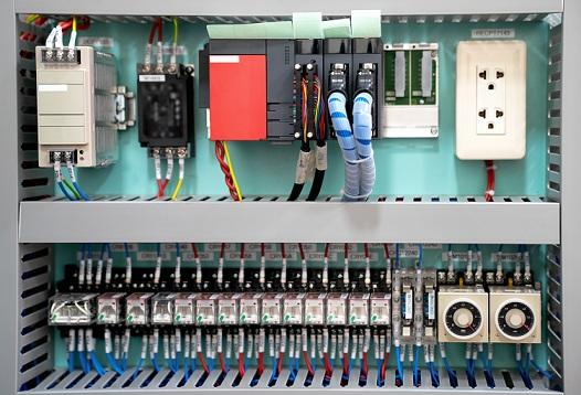 Caja de baja tensión con energía eléctrica