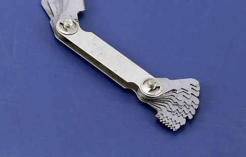 Bench tool for measuring thread pitch gauge